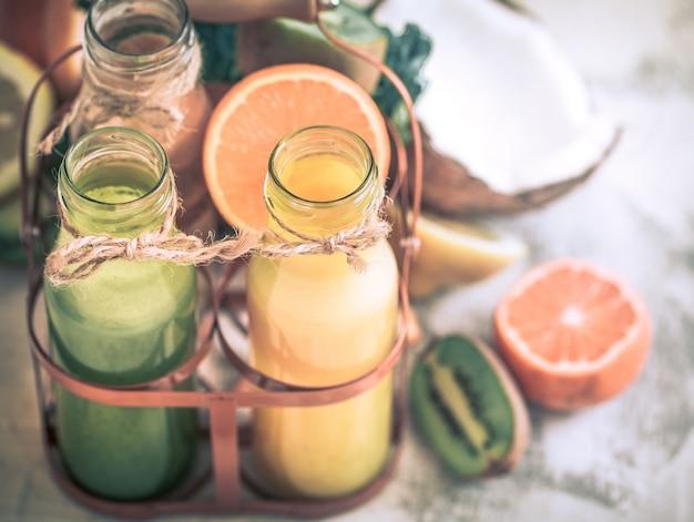 Fruits et jus frais des aliments sains