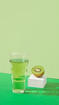 Fruits et jus de kiwi délicieux à angle élevé