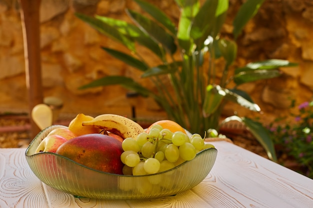 Fruits juteux sur une assiette sur une table sur la terrasse