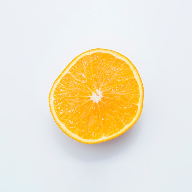 Fruits juteux orange coupées en deux, isolé sur fond blanc
