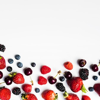 Fruits juteux de saison sur une surface claire