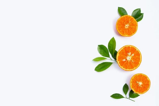 Fruits juteux et sucrés riches en vitamines isolés