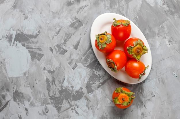 Fruits de kaki mûrs biologiques frais.