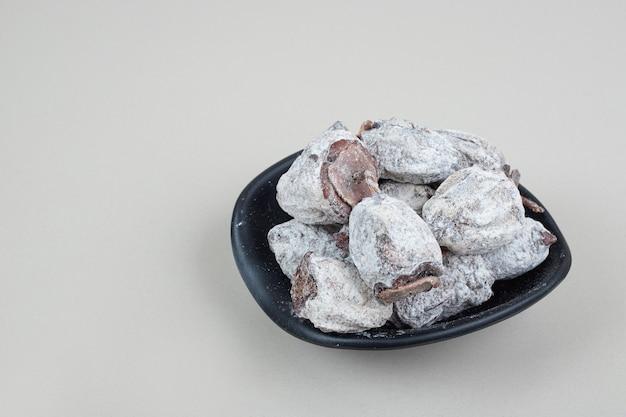 Fruits de kaki séchés dans un bol noir