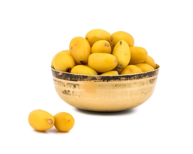 Fruits khirni sucrés sur fond blanc