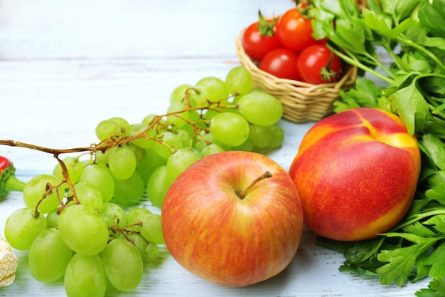 Fruits et légumes biologiques frais sur un espace en bois