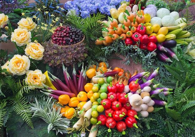 Fruits et légumes colorés artificiellement réalistes pour le spectacle.