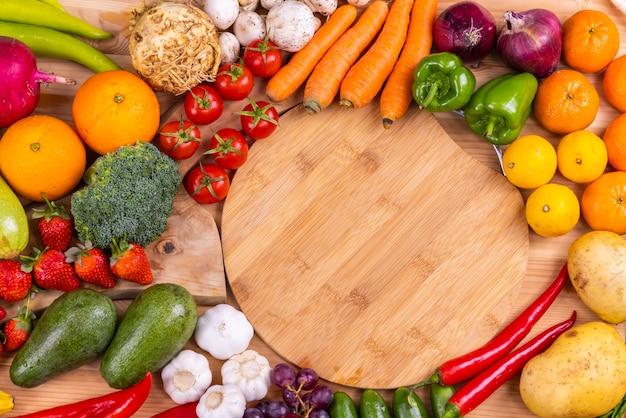 Fruits et légumes crus sains, frais