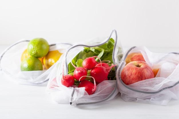 Fruits et légumes dans un sac en nylon à mailles réutilisable, concept zéro déchet sans plastique