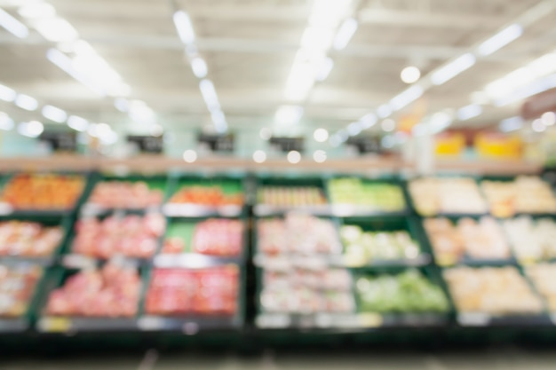 Fruits et légumes sur des étagères en arrière-plan flou de supermarché