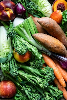 Fruits et légumes frais biologiques mélangés