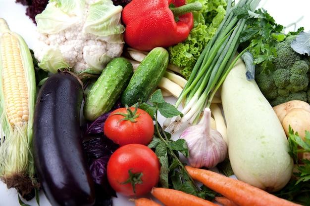 Fruits de légumes frais sur blanc