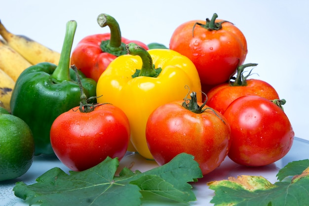 Fruits et légumes frais isolés sur fond blanc