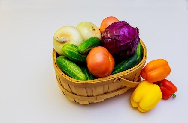 Fruits et légumes isolés sur fond blanc