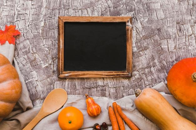 Fruits et légumes orange près du tableau noir
