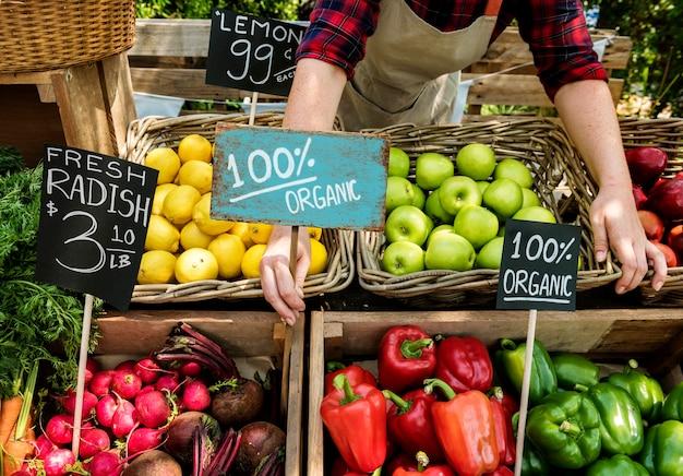 Fruits et légumes préparant des produits agricoles frais biologiques sur le marché des agriculteurs