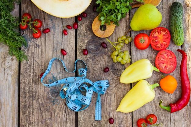 Fruits, légumes et ruban de mesure dans l'alimentation