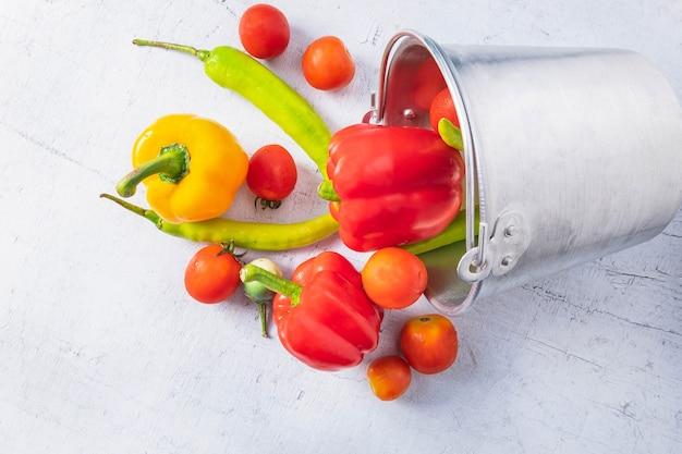 Fruits et légumes sains sur table en bois blanc