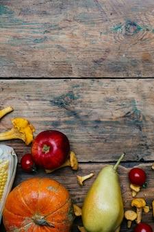 Fruits et légumes de saison d'automne: citrouille, poire, pomme, maïs, girolles