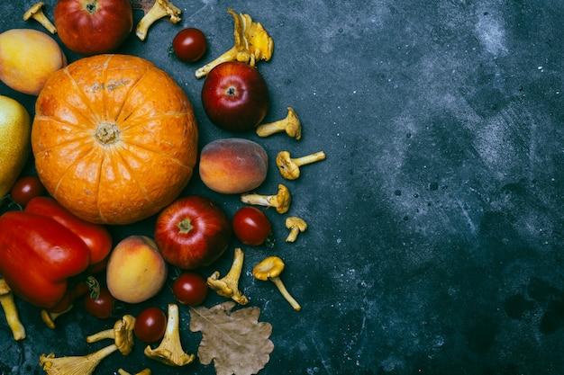 Fruits et légumes de saison d'automne: citrouille, poire, pommes, maïs, girolles