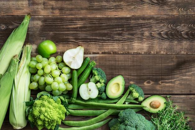 Fruits et légumes verts d'automne crus frais
