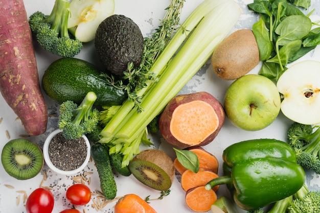 Fruits et légumes verts sur blanc