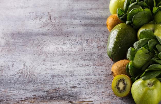 Fruits et légumes verts d'été, aliments santé.