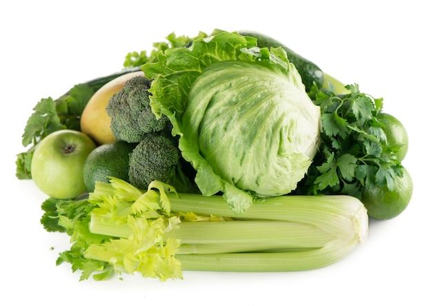 Fruits et légumes verts sur fond blanc.