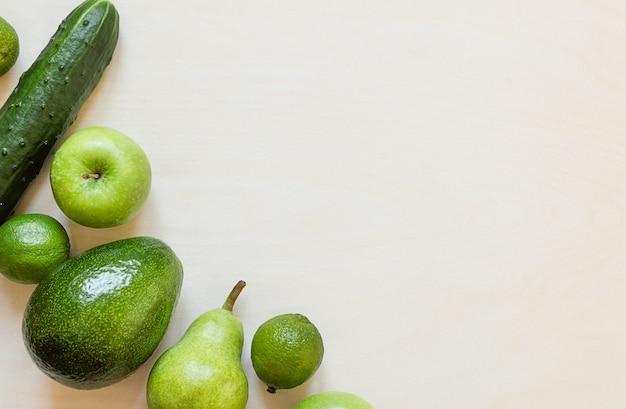Fruits et légumes verts frais sur table en bois avec espace de copie.