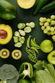 Fruits et légumes verts: kiwi, pois, pomme, choux de bruxelles sur table, vue d'en haut