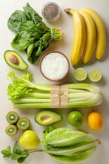 Les fruits et légumes verts sont les ingrédients d'une boisson détox