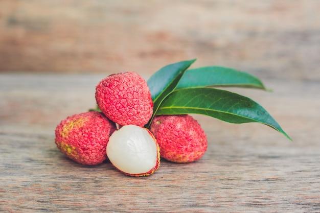 Fruits de litchi frais sur une table d'arrière-plan de vieux panneaux en bois