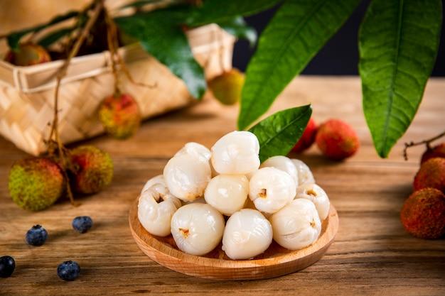Fruits de litchi frais sur table en bois