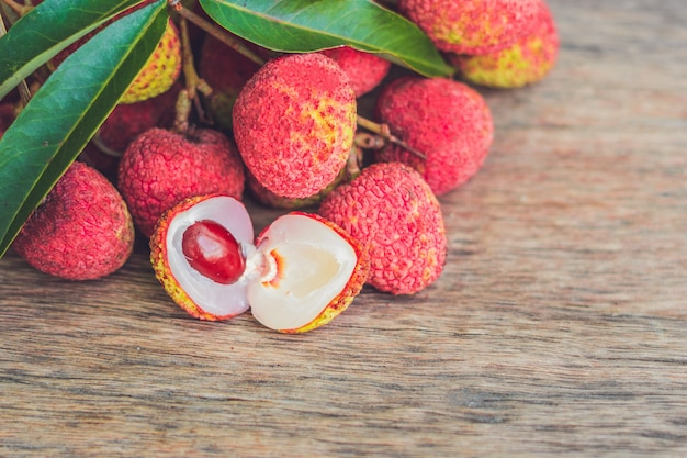 Fruits de litchi frais sur une vieille surface en bois