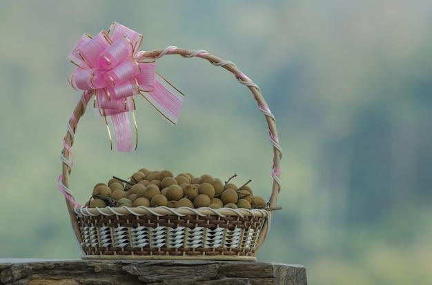 Fruits longanes frais dans des paniers cadeaux