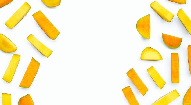 Fruits de mangue sur fond blanc.