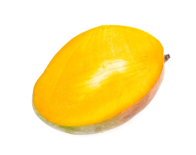 Fruits de mangue juteux exotiques isolés sur une surface blanche