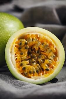 Fruits de maracuja crus frais et juteux sur une table
