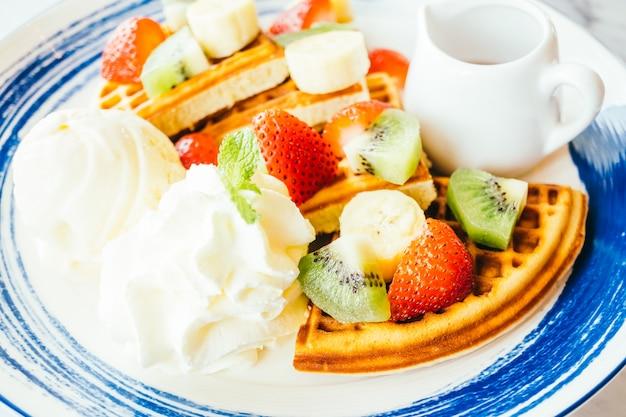 Fruits mélangés sur la crêpe et la crème glacée