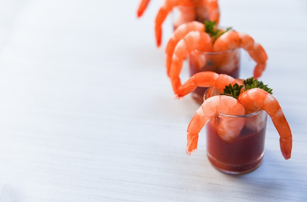 Fruits de mer bouillis crevettes crevettes ketchup et épices à la table à manger