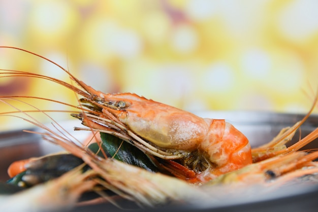Fruits de mer avec crevettes fumantes crevettes moules crabe cuit à la vapeur dans une marmite et bokeh