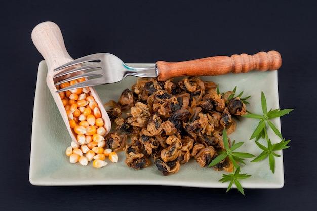 Fruits de mer doux séchés palourdes sur plat avec fourchette