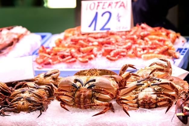 Fruits de mer frais et goûtés sur le marché