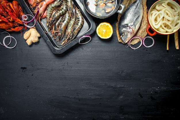 Fruits de mer frais variés. sur le tableau noir.