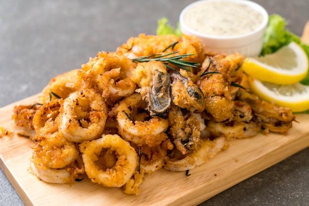Fruits de mer frits (calamars, crevettes, moules) avec sauce
