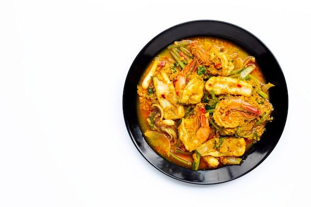 Fruits de mer frits avec de la poudre de curry sur blanc