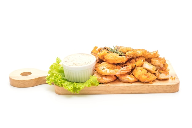 Fruits de mer frits avec sauce sur planche à découper