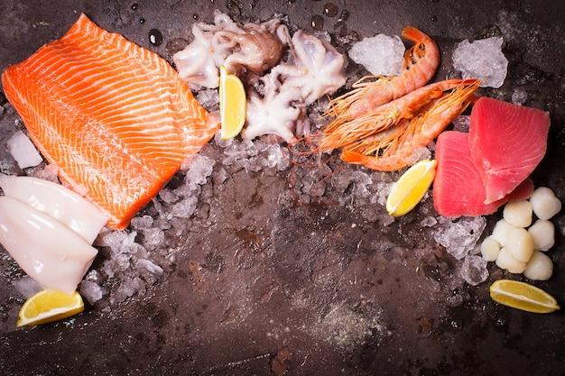 Fruits de mer sur la glace, vue de dessus de la frontière avec un espace vide pour le texte