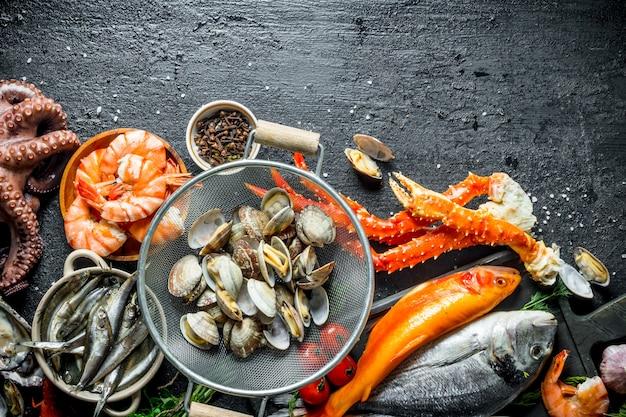 Fruits de mer. huîtres au poisson frais, crabe et crevettes.