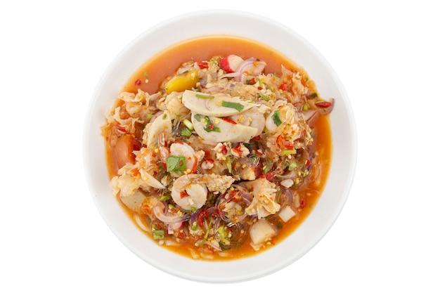 Fruits de mer mélangés épicés ou salade de fruits de mer mélangés isolé sur blanc. tracé de détourage.
